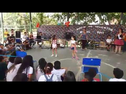 Meninas de 7 anos dançando na escola ruazinha