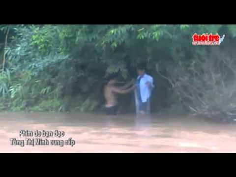 Kết quả hình ảnh cho cô giáo chui bao ni lông qua sông
