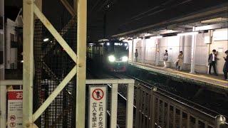 京王8000系が発車して京王ライナー5000系が到着する風景