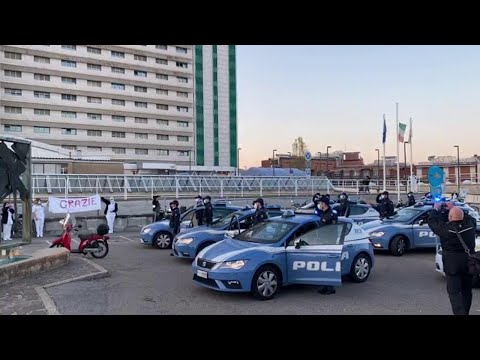 Sirene e applauso: l'omaggio della polizia ai medici davanti all'ospedale Maggiore di Bologna