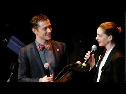 Anne Hathaway + Joseph Gordon Levitt sing together LIVE HD
