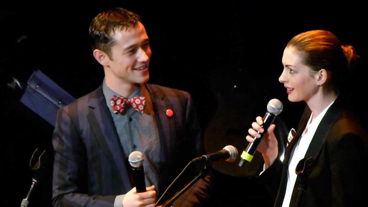 Download Anne Hathaway + Joseph Gordon Levitt sing together LIVE HD