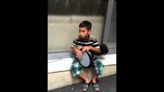 طفل موهوب يعزف على الطبلة في #تركيا #اسطنبول شارع الاستقلال