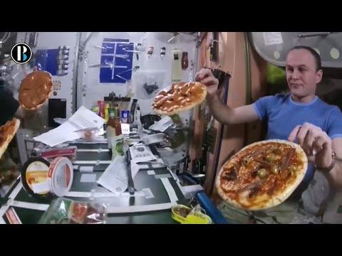 Astronautas de la NASA preparan pizzas en el espacio exterior