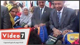 محافظ القاهرة يبدأ توزيع 500 شنطة مدرسية على طلاب حى الأسمرات