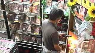 店舗内流れるPVを鑑賞しながらオ◯二ーする男。 痛すぎです・・・・ イタ...