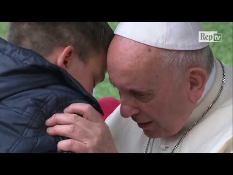 """Papa Francesco consola il bambino che piange: """"Il tuo papà ora è in cielo, anche se era ateo"""""""