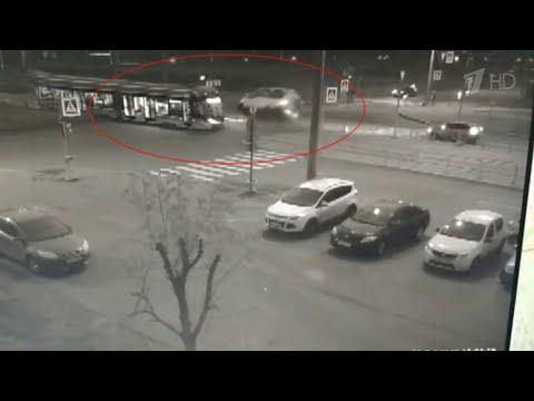 В Санкт-Петербурге столкнулись трамвай и маршрутка.