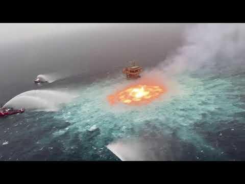 Una fuga de gas provoca un espectacular fuego en medio del mar en México