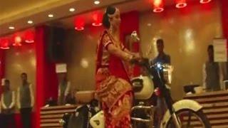 بالفيديو.. عروس تدخل قاعة زفافها على دراجة نارية