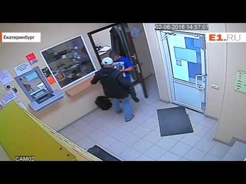 Смотреть Нападение с ножом на сотрудника ломбарда на Уралмаше онлайн