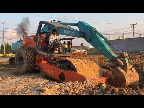 """Excavator Kobelco SK200 Bulldozer Pulls Out Rolo Compactador Hamm 3411 From a Mud """"Stuck?"""""""