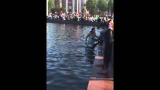 Девушка в платье в фонтане