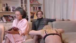 spelen met zus van je vrouw terwijl je vriendin er naast zit om tv te kijken