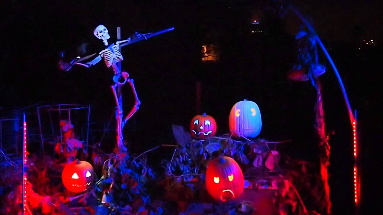 Download Bohemian Rhapsody - Frank Skinnotra and the Gabbing Gourds - Singing Pumpkins and Skeleton