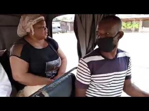 Der afrikanische Taxifahrer weigert sich, seine Passagiere ohne Maske zu fahren