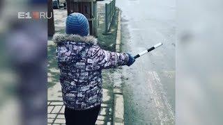 мальчик с жезлом и свистком заменил светофор. Real video