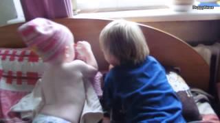 Марк и Марта играют с куклой