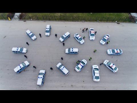 Калининградские полицейские поздравили всех женщин России автомобильным флешмобом