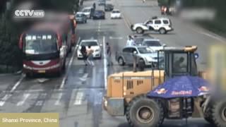 tractor enloquecido atropella a personas en CHina