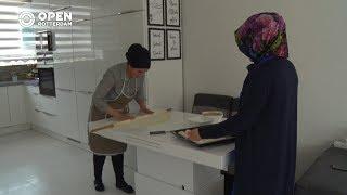 010nu - Cateraar Yasemin druk bezig met voorbereidingen Suikerfeest