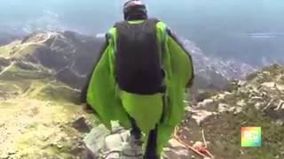 Increíble salto múltiple de hombres pajaro