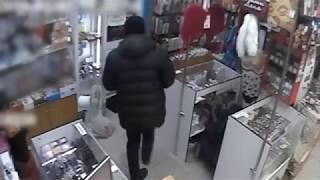 Робкий воришка, стащивший игрушку из секс-шопа в Москве, попал на камеры наблюдения