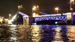 Развод мостов в ночном Санкт-Петербурге.
