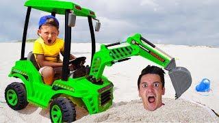 سينيا وبابا نعسان تلعب مع جرار في الرمال فيديو للأطفال