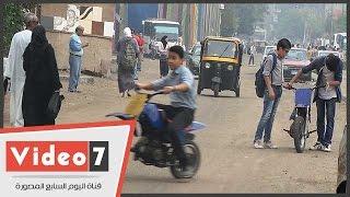 طلاب يؤجرون دراجات نارية بعد انتهاء اليوم الدراسى بإمبابة