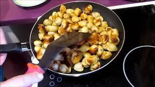 Жарено-запеченные пельмешки с помидором и сыром.