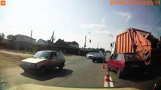 Смотреть видео трасса Москва Симферополь Запорожье дтп перекрыло трассу мусоровоз прижал таврию и зацепил джип онлайн