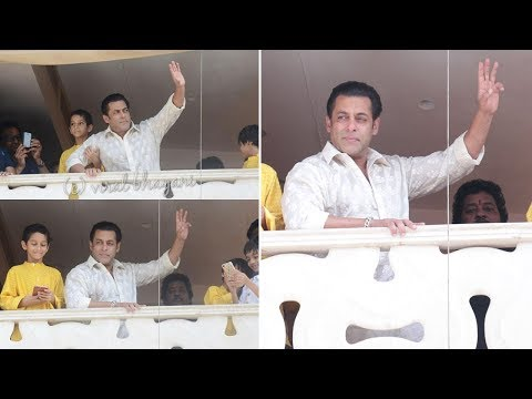 Salman Khan Meeting His FANS Outside House Galaxy Apts On Eid 2018- Race 3