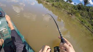 Peixe grande na pesca de fundo! Rodada com vara e molinete na água doce.