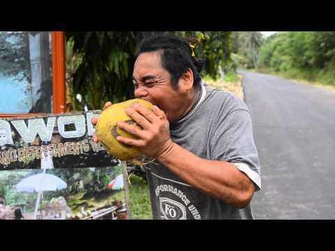 Човекот кој лупи кокоси со заби