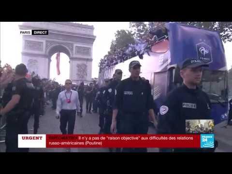 IMAGES INCROYABLES - Arrivée du bus des Bleus sur les Champs-Elysées