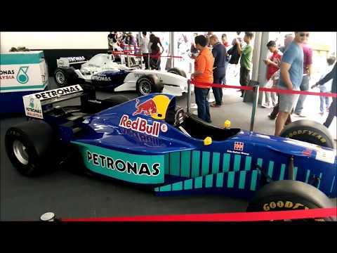 Formula 1 Display + Changing Formula 1 Tires (Petronas Malaysia Grand Prix)
