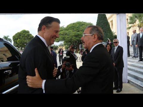 Danilo Medina recibe a Juan Carlos Varela en el Palacio Nacional