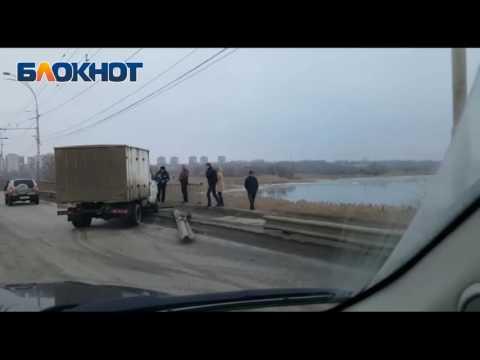 Водитель Газели снес ограждение на путепроводе в Волгодонске
