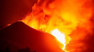 La lava del volcán de La Palma se desborda del cono principal y fluye en varias direcciones