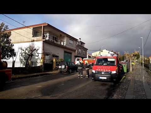 Un herido y daños materiales en un incendio urbano en Bande