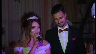 Невеста говорит слова благодарности родителям на свадьбе