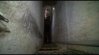 В СТАВРОПОЛЕ УПАЛ ЛИФТ(Жесткая посадка. В одной из многоэтажек Ставрополя упал спускавшийся с 9 этажа лифт. В кабине были трое..., 2015-02-27T16:12:44.000Z)