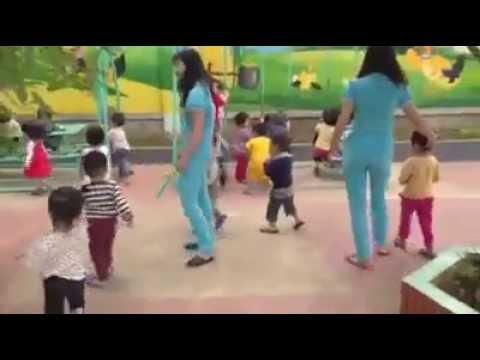 Hoạt động ngoài trời của các bé Trường mầm non Tuổi Thơ, Thành phố Vinh