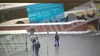 Автобус протаранил группу людей на Славянском бульваре в Москве thumbnail