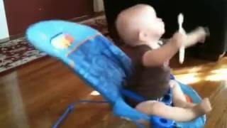 quand elle voit ce que fait son bébé, elle s-empresse de le filmer : C. à mdr !
