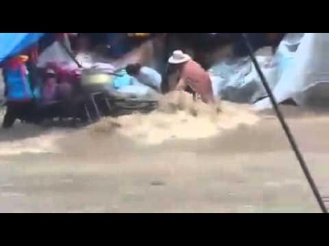 Sucre: Lluvia y granizo inunda la capital de Bolivia e intenta llevarse a comerciantes
