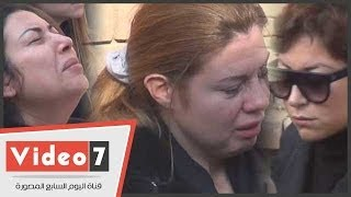 بالفيديو..انهيار منة شلبى وناهد ورانيا فريد شوقى أثناء دفن جثمان زوج داليا البحيرى