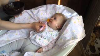 Соня кушает морковное пюре