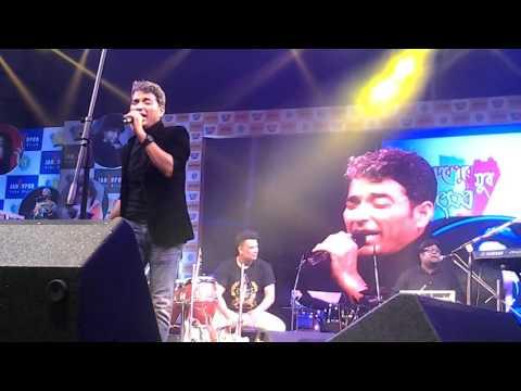 Anindya Bose sings valobasha maney Archies gallery at Jadavpur Yuva Utsab